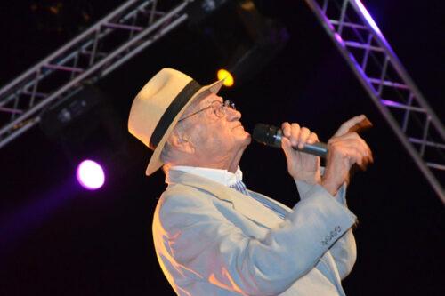 Teddy Reno canta durante il premio Il Faro 2012