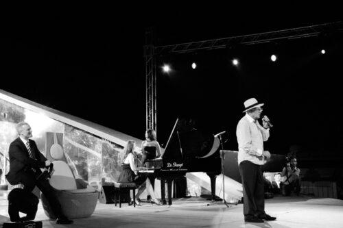 Teddy Reno si esibisce durante il premio Il Faro 2012